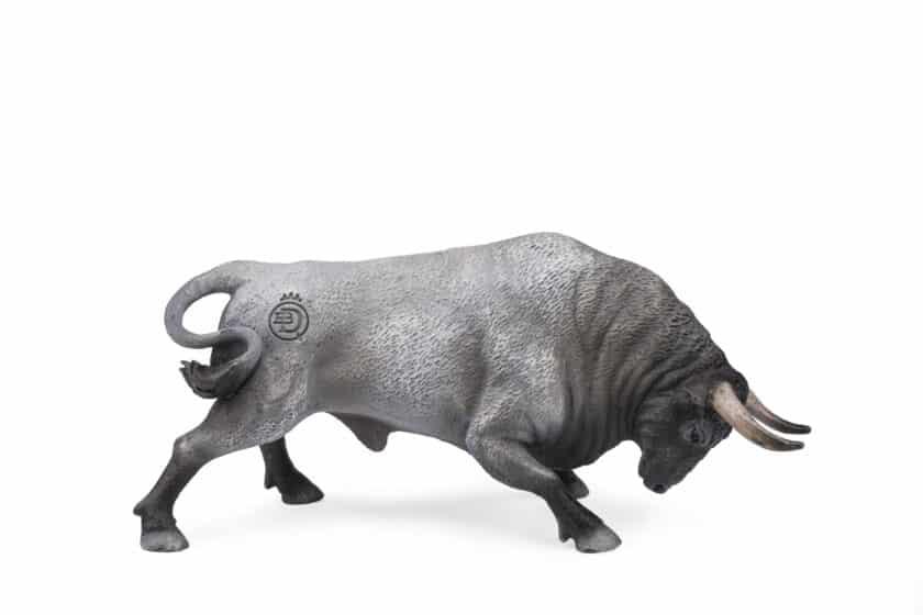 Toro Bravo Embistiendo