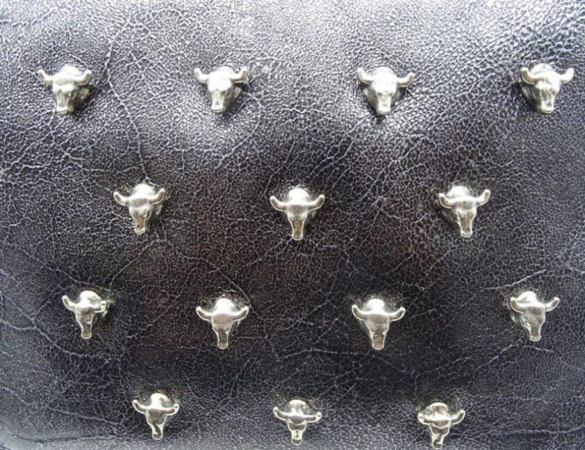 Bolso bandolera piel plata opaca y apliques de toro